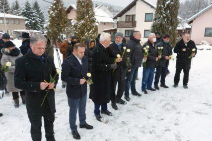 Prislužene 24 svijeće i žute ruže: U Tarčinu održana PRVA KOMEMORACIJA SRPSKIM ŽRTVAMA na području Federacije BiH