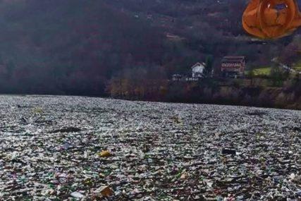 EKOLOŠKA BOMBA Jezero se bukvalno ne vidi od smeća, u vodi pluta i MRTVAČKI SANDUK