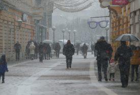 ZIMSKI DAN U BANJALUCI Snijeg zabijelio ulice grada  (FOTO)