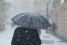 MAJKU GA ZAŠTITILA TIJELOM Snijeg sa krova zgrade pao i zatrpao ženu i dijete