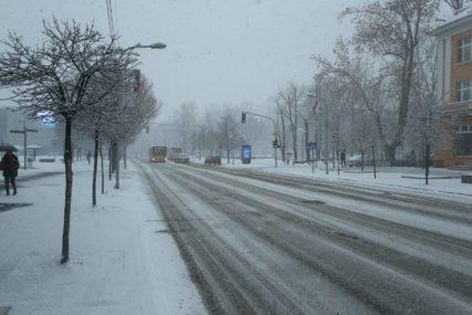 SNIJEG PREKRIO BANJALUKU Građani se žale na neočišćene ulice, a zimska služba moli za strpljenje
