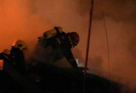 Buknuo požar u Sokocu: Vatrena stihija progutala krov pomoćnog objekta