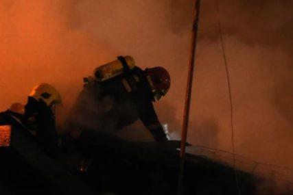 Dim i vatra vidljivi i više desetina kilometara: Veliki požar kod pulske marine
