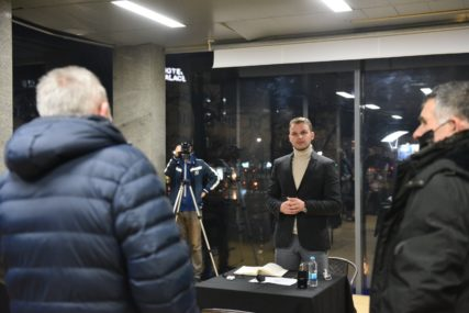 RED ISPRED STAKLENCA Veliki broj Banjalučana došao na prvi razgovor sa gradonačelnikom (FOTO)