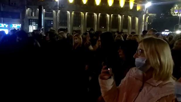 """""""ZAGRLI ME SAD"""" Na stotine ljudi ispred Doma sindikata u Beogradu pjesmom se opraštaju od Đorđa Balaševića (FOTO, VIDEO)"""
