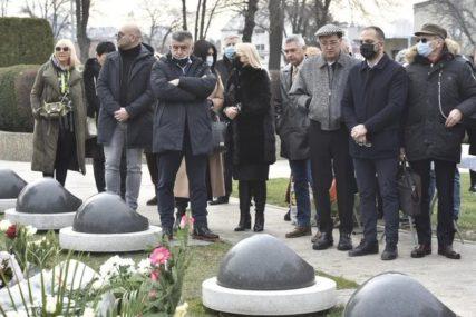 POMEN ŠABANU ŠAULIĆU Porodica i kolege nijemi od bola, Zorica Brunclik neutješno plače (FOTO)