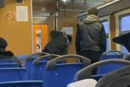 Scena koja je šokirala sve: Dva dječaka piju tečnost iz dozera za dezinfekciju ruku (VIDEO)