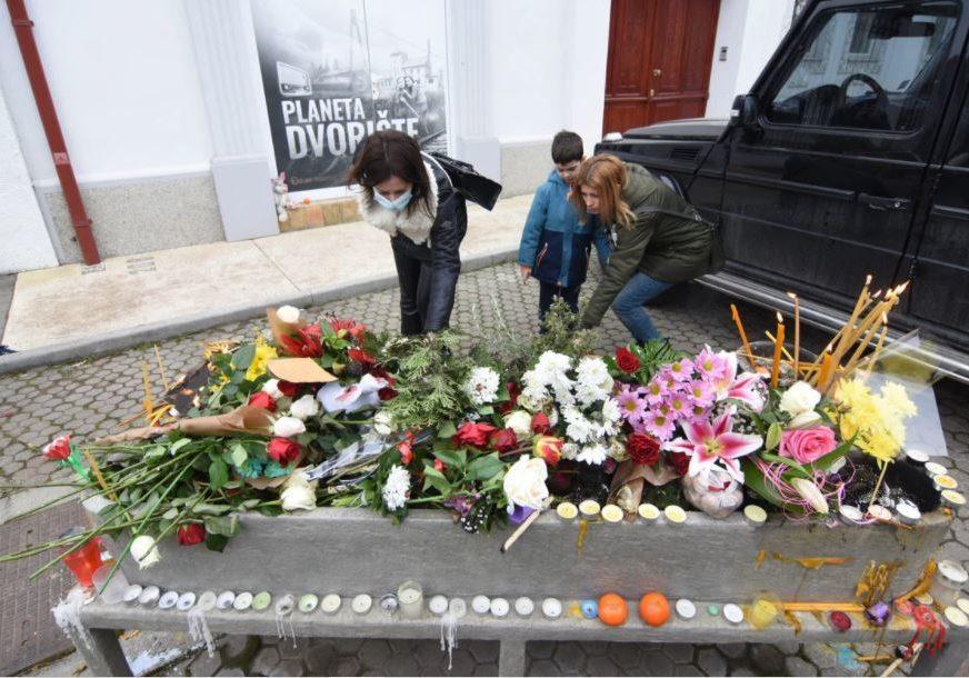 Muk ispred doma Balaševića, Olivera uplakana: Ljudi pristižu, pale svijeće, ostavljaju emotivne poruke