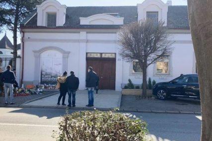 Tuga i muk ispred kuće Balaševića: Ljudi se okupljaju ispred doma muzičara, ostavljaju cvijeće i pale svijeće