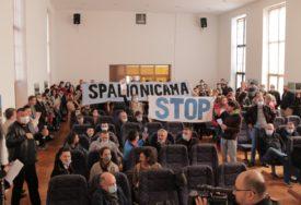 """""""OTJERALI SMO IH"""" Zbog protesta građana otkazan okrugli sto o izgradnji spalionice u Petrovcu (FOTO, VIDEO)"""