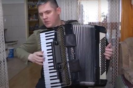 Majka mu za Đurđevdan kupila harmoniku: Dejan je slijep od rođenja i već 30 godina svira za dušu (VIDEO)