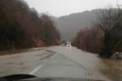 Kišno nevrijeme u Hercegovini: U Trebinju zamućena voda, u Nevesinju se rijeka izlila na saobraćajnicu