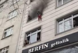 Uznemirujući prizori u Istanbulu: Bacila dvoje djece kroz prozor da bi ih spasila od požara (VIDEO)