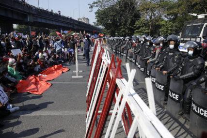 ČETVRTI DAN PROTESTA Naoružani vojnici i policija na ulicama Jangona