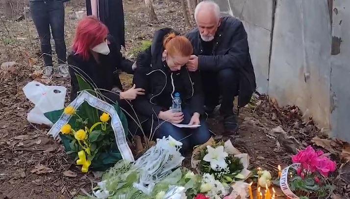 """""""DOĐI KUĆI, VOLIM TE"""" Majka tinejdžera koji je pronađen mrtav plače kod napuštene zgrade (FOTO)"""