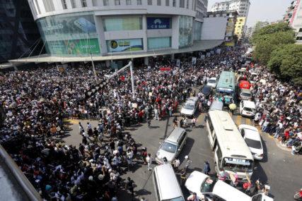 POLICIJA KORISTILA VODENE TOPOVE Hiljade demonstranata na ulicama u Mjanmaru