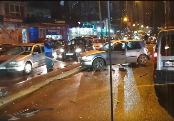 TEŽAK SUDAR U BEOGRADU Autobus sletio s puta i zakucao se u auto, pukom srećom izbjegnuta tragedija (VIDEO)