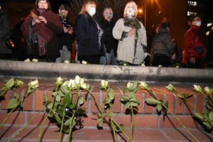 Lampioni prekrili nebo, baklje na Dunavu: Hiljade ljudi se na Duginom mostu oprašta od Balaševića