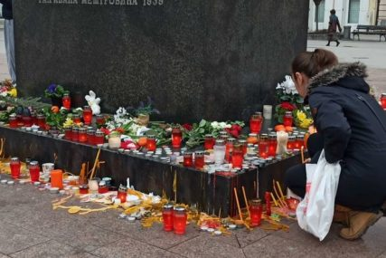 """""""ŽIVJEĆE U NAŠIM SRCIMA"""" Zastave spuštene na pola koplja, Novosađani i danas odaju počast Balaševiću (FOTO)"""