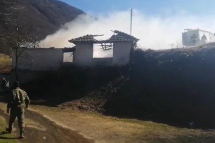 DRAMA Komšije spasle nepokretnu staricu, iznijeli je kroz prozor kuće u plamenu (VIDEO)