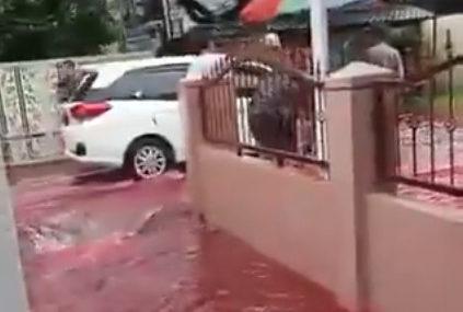 Hiljade korisnika društvenih mreža podijelilo snimke: Voda crvene boje preplavila grad u Indoneziji nakon poplave (VIDEO)