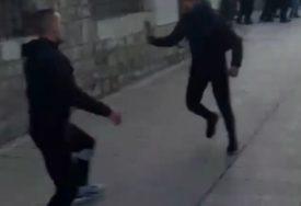 """""""BIĆETE DEPORTOVANI"""" Saralije se potukle sa migrantima na Baščaršiji, objavljen i snimak (UZNEMIRUJUĆI VIDEO)"""