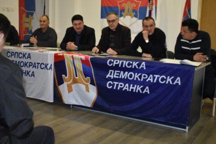 """""""BRANIMO DEMOKRATIJU ČITAVE SRPSKE"""" Radović, Miličević i Babalj sa kandidatima SDS u Doboju (FOTO)"""
