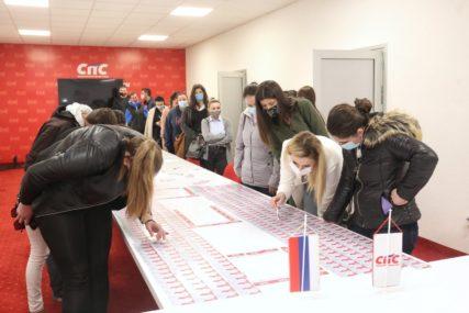"""""""Gradimo budućnost po mjeri omladine"""" SPS uručila članske kartice mladima"""