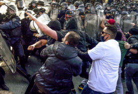 POVRIJEĐENO SEDAM POLICAJACA Nasilje počelo kada je više od stotinu Albanaca pokušalo da maršira kroz Skoplje (FOTO)
