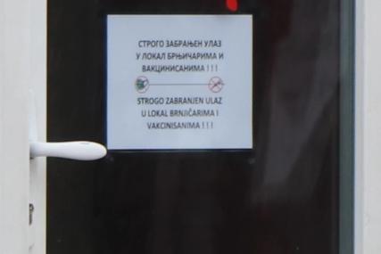 SKANDALOZNA ZABRANA Na vratima kafića u Srbiji osvanula poruka (FOTO)