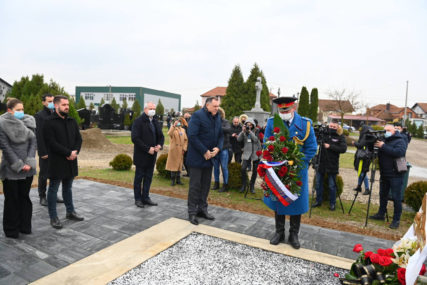 POSJETA BIJELJINI Dodik položio cvijeće na grobove Mićića i Bobara