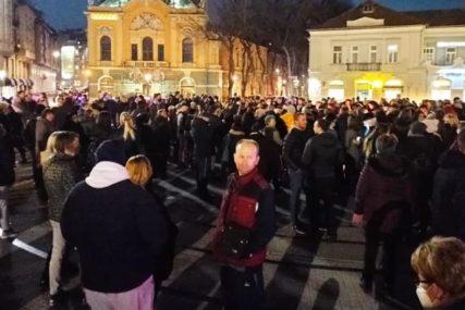 """Suboticom se ori """"JESEN STIŽE DUNJO MOJA"""": Nekoliko stotina građana se uz stihove oprašta od Balaševića"""