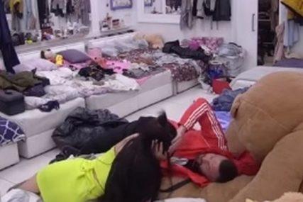 VIŠE SE NE KRIJU Ša u naletu strasti oborio Taru na krevet, sve vrijeme je mazio (FOTO)