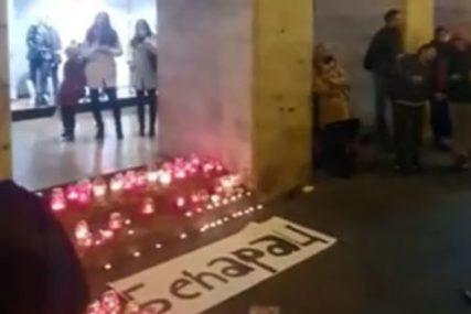 """""""BEĆARAC"""" NAPISAN ĆIRILICOM Zagrepčani se oprostili od slavnog kantautora Đorđa Balaševića (VIDEO)"""