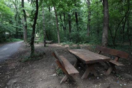 Misteriozna smrt u šumi: Tijelo žene naslonjeno na drvo otkrili lovački psi, leš bio tu mjesecima