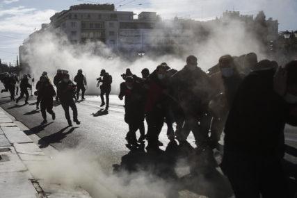 BAČENI SUZAVAC I DIMNE BOMBE Žestok sukob studenata i policije u Atini i Solunu