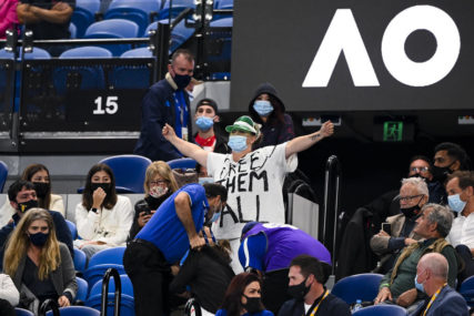 Incident tokom finala Đokovića i Medvedeva, djevojke izbačene sa stadiona (VIDEO)