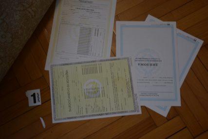 U akciji policije uhapšen Banjalučanin: Falsifikovao PCR testove i diplome (FOTO)