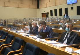 Skupštinske rasprave MIMO DNEVNOG REDA: Jedni stalno ćute, drugima uvrede važnije od teme