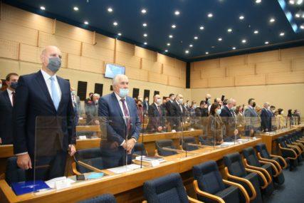 OSTAJE POZIV INCKU Nije prošao prijedlog SDS da Narodna skupština ne razmatra informaciju o radu visokog predstavnika