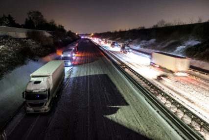 LJUDI PRENOĆILI U VOZILIMA Zimsko nevrijeme izazvalo haos na auto-putu u Njemačkoj