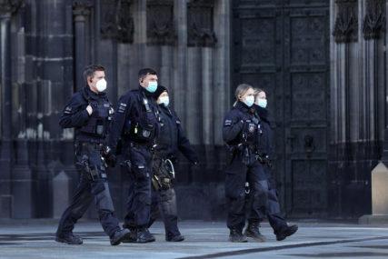 Policijska operacija zbog britanskog soja korone: Četiri zgrade u karantinu, stotine policajaca osiguravaju poštovanje mjera