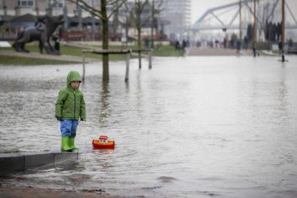 Nivo njemačkih rijeka i dalje u porastu: Građani prave barikade od vreća s pijeskom