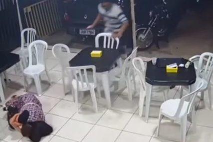 Ljubav majke nema granicu: Trudnica se bacila na zemlju i svojim tijelom zaštitila dijete od pljačkaša (VIDEO)