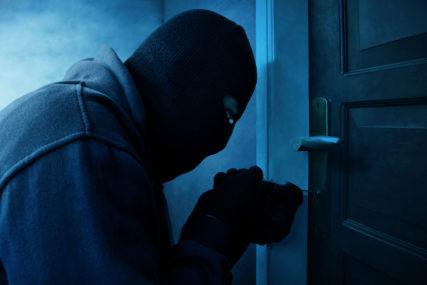 Uhapšen pljačkaš: Ukrao starcu iz kuće nakit, garderobu i obuću, pa u tim stvarima krio drogu