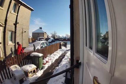 """Ne mogu da vam pomognem"" Starica se okliznula i pala, on je samo otišao (VIDEO)"