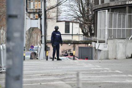 POLICIJA U RITOPEKU U toku pretres još jedne štek vikendice Velje Nevolje, sumnja se da su u njoj vršeni zločini