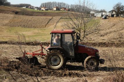 Podrška zapošljavanju u poljoprivredi: Za 36 korisnika u Doboju ugovori vrijedni 300.000 KM