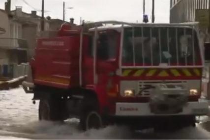 Stiže i hladni talas: Poplave u Francuskoj, u nekim ulicama voda do pojasa (VIDEO)