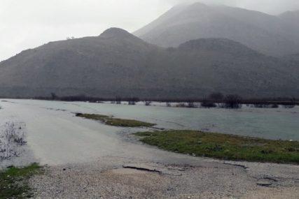 Poplavljene oranice i seoski putevi na jugu Srpske: Palo više kiše nego cijele 2020. godine